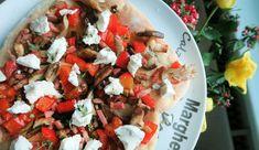 Pizza met geitenkaas, paprika, spek, paddenstoelen en tijm