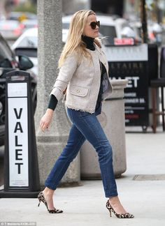 Who made Reese Witherspoon's tan tweed jacket, brown handbag, and sunglasses? Reese Witherspoon Style, Resse Witherspoon, Casual Outfits, Fashion Outfits, Womens Fashion, Preppy Style, My Style, Tweed Jacket, Blazer
