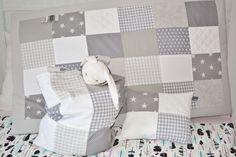 #boxkleed Happy in licht grijze en wit tinten met bijpassende boxzak en sierkussen van Wazzhappening