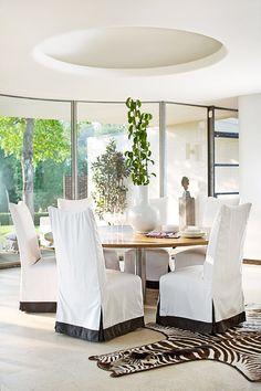 Sunbrella fabrics strike a simple and elegant silhouette in this modernist setting. Designer: Eric Cohler. Photo: John Bessler