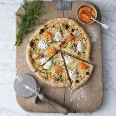Pizza Bianca med löjrom och Västerbottensost® - Godaste löjromspizzan| Västerbottensost® Vegetarian Recipes, Snack Recipes, Healthy Recipes, Food N, Food And Drink, Pizza Bianca, Big Meals, Dinner Is Served, Spinach And Feta
