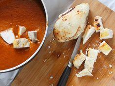 CHICKEN TIKKA MASALA 5/5 -Preriscaldate il grill alla massima temperatura, scolate il pollo dalla marinata, disponetelo sopra una teglia rivestita con carta da forno, infornate nella parte alta del forno e lasciatelo finché inizia a comparire qualche bruciatura ( circa 10 minuti): il pollo internamente non deve essere completamente cotto. Tagliate il pollo a pezzetti, e metteteli a cuocere nella salsa per 8 -10 minuti. Cospargete con coriandolo tritato e servite accompagnando con riso…
