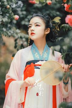 Ai đó đã từng hứa với ta, khi lập được công danh thì lập tức sẽ trở về để cùng nhau bách niên giai lão. Vậy cớ sao đến hôm nay, người lại im lặng gửi thân lại chốn hoang vu tịch liêu này, cỏ dại phủ kín thân người rồi thì còn ai cùng ta bách niên giai lão nữa đây?  #Thanhthanh Chinese Traditional Costume, Traditional Fashion, Traditional Outfits, Oriental Dress, Oriental Fashion, Geisha, Beauty Around The World, Ancient Beauty, China Girl