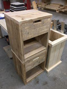 Nachtkastjes gemaakt van gebruikt steigerhout.