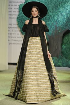 9. Ulyana Sergeenko S/S 2013. Full skirt of different material from the shirt, and wide round hat make it similar to the outfit of lady during crinoline period.