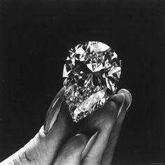Elizabeth Taylor Displaying Her Diamond.