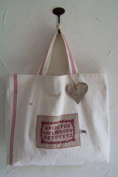Aujourd'hui, je vous présente un sac cabas que j'utilise quand j'ai besoin de faire quelques courses. Je l'ai réalisé dans un torchon ancien, il y a quelques temps... Taillé entièrement dans un grand torchon ancien. J'ai même pu couper les anses dans...