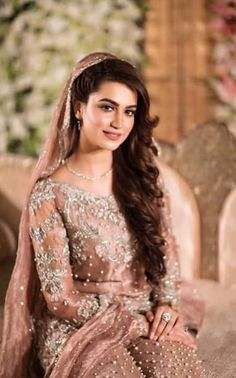 Pakistani Bride. Love it! Simple yet elegant and no overbearing jewellery. Totally a main-day look. This would be too much for engagement or so, when I think one should be even more simple. Less is more!
