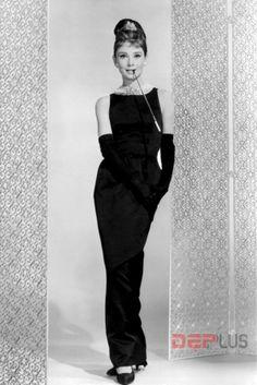 Không thể không nhắc tới chiếc váy đen dài của Audrey Hepburn khi tham gia bộ phim Breakfast At Tiffany. Kể từ năm 1953, Hubert Givenchy đã chuyên thiết kế cho Audrey Hepburn, nhưng chỉ đến năm 1961 khi bộ phim ra đời, bộ đôi nhà thiết kế - diễn viên này mới thực sự nổi tiếng trong làng thời trang..