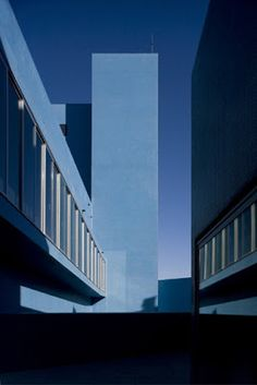 "Gonçalo Afonso Dias, artes e ofícios: Arquitectura (Novo Teatro Municipal de Almada, ""TEATRO AZUL"" Post Modern Architecture, Architecture Photo, Building Aesthetic, Blue Building, Building Photography, Photo Wall Collage, Red Art, Blue Aesthetic, Shades Of Blue"