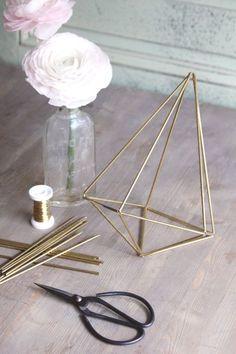 Losanges, diamants et hexagones, je me suis penchée sur la question et j'ai imaginé pour vous un petit pas à pas pour vous montrer comment réaliser une structure en métal que l'on appelle himmeli, en moins de 30 minutes, et surtout pour moins de 10 euros.