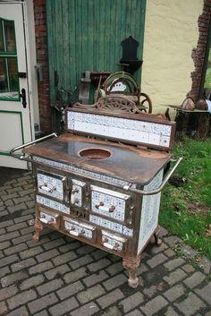 antiker k chenherd deutschland von rheinland um 1930 mit rosenmotiv noch nicht restauriert. Black Bedroom Furniture Sets. Home Design Ideas