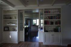 een kamer en suite laten maken sterk in opmars Eén van de mooiste afscheidingen tussen twee kamers is de kamer en suite. Een kamer en suite zijn twee kamers verbonden door schuifdeuren. Hierdoor ontstaat een voorkamer en een achterkamer. De deuren zijn vaak erg sierlijk en nemen een groot gedeelte van de breedte van de kamer in. Door de deuren in zijn geheel weg te schuiven, ontstaat een mooie open ruimte. Meer info: http://www.wonenwonen.nl/interieurbouw/een-kamer-en-suite-laten-maken/5029