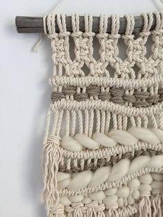 Macramé est une façon amusante et facile d'ajouter quelques caractère et style à n'importe quel espace et une excellente façon d'ajouter de la texture à vos murs. Cette tenture belle et unique a été fait à la main par mes soins dans ma maison de Montréal. Il est fait d'un mélange de corde en 100 % coton naturel et un mélange de laine mèche. Il est monté sur un beau morceau de bois flotté. Il est le résultat d'heures de l'exécution de nœuds et le tissage, tout est fait à la main. La Tenture…