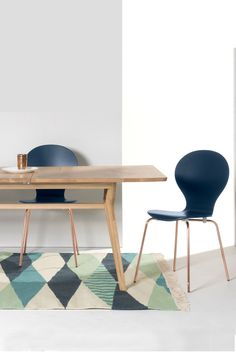 Kitsch Stühle in Blau mit Kupferbeinen und der ausziehbare Esstisch Jenson aus massiver Eiche.