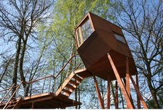 Modern Magic: Building a Treehouse for Kids [Plans & Pics] - All About Garden Modern Tree House, Building A Treehouse, Treehouse Ideas, Tree House Plans, Backyard Trees, Modern Magic, Cool Tree Houses, Tree House Designs, Fantasy Forest