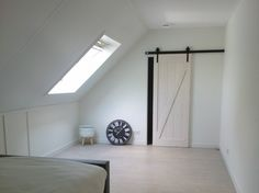 Lichte slaapkamer met schuifdeur naar inloopkast
