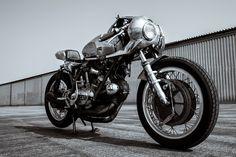 MotoMondiale: Motorbikes & C. Cafe Racer Helmet, Cafe Racer Girl, Cafe Racer Bikes, Cafe Racer Motorcycle, Motorcycle Outfit, Motorcycle Helmets, Cafe Racers, Cafe Racer Casco, Cafe Moto