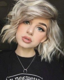 20 Bob Haare mit Highlights You are in the right place about hair bangs ombre Here we offer you the Cute Short Haircuts, Cute Hairstyles For Short Hair, Trendy Hairstyles, Curly Hair Styles, Girls With Short Hair, Beautiful Hairstyles, Hairstyles Haircuts, Cute Hair Cuts Short, Fun Hair Cuts