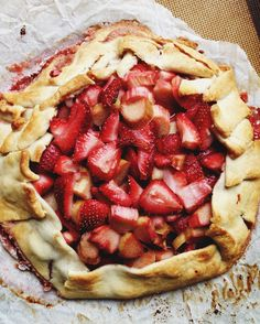 Rustic Strawberry Rhubarb Tart--How gorgeous is this?! No pie pan needed!