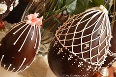 Uova di Pasqua decorate - Chocolate Easter egg - Fabergé Royal Icing Art Easter Peeps, Easter Candy, Easter Brunch, Easter Treats, Easter Cupcakes, Easter Cookies, Chocolate Art, Chocolate Easter Eggs, Chocolates
