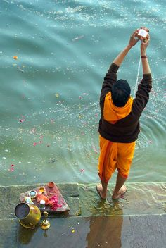 INDIA: Ritual Offering to the Ganges, India