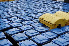 Gelbe MGB im Meer von blauen Tonnen