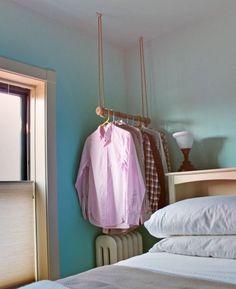 Em vez de um cabideiro normal, opte por um cabideiro suspenso no teto.