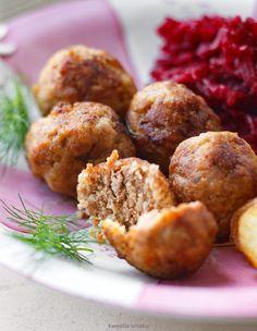 Pulpeciki mięsne z kaszą jaglaną i suszonymi pomidorami   Składniki 14 sztuk      300 g mielonego mięsa (np. karkówki, łopatki, szynki lub indyka)     1/2 szklanki kaszy jaglanej     3 kawałki suszonych pomidorów + 1 łyżka oleju ze słoika     1 cebula szalotka     1 ząbek czosnku     1 łyżeczka suszonego oregano     2 łyżki mąki ryżowej (lub pszennej) do obtoczenia     2 łyżki oleju do smażenia