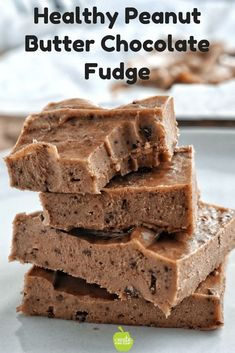 Healthy fudge recipe is easy to make and low in calories. The peanut butter fudge is made with coconut oil and lots of chocolate. This delicious after-school snack recipe includes banana and maple syrup. Microwave Peanut Butter Fudge, No Bake Fudge, Chocolate Peanut Butter Fudge, Chocolate Chips, Chocolate Recipes, Light Dessert Recipes, Healthy Dessert Recipes, Real Food Recipes, Snack Recipes