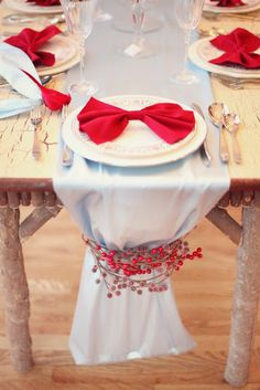 a natural Christmas tablescape with a grey table runner decorated with red berries, plates with red bows and silver cutlery - Weddingomania Christmas Table Settings, Christmas Table Decorations, Decoration Table, Holiday Decor, Holiday Tablescape, Christmas Tablescapes, Wedding Decorations, Red Wedding, Wedding Table