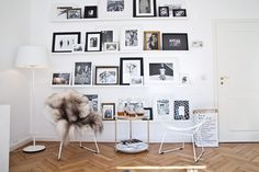 Entre as 05 coisas que todo apaixonado por decoração deve ter em casa estão as luminárias neon e gallery wall.