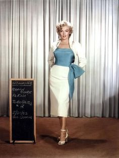 There are many fashion lessons we can learn from Marilyn Monroe. Take a look at 10 of the best fashion lessons from Marilyn Monroe at HowStuffWorks. Glamour Hollywoodien, Hollywood Glamour, Hollywood Cinema, Vintage Hollywood, 1950s Style, Moda Vintage, Vintage Mode, Vintage Style, Vestidos Vintage