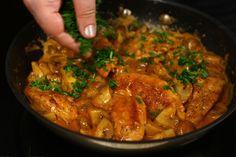Piept de pui cu ciuperci și smântână, rețetă rapidă | Rețete - Laura Laurențiu Living Room Interior, Interior Design Living Room, Design Trends, Curry, Cooking Recipes, Lunch, Chicken, Ethnic Recipes, Food