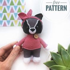Crochet a cute raccoon with this free amigurumi pattern! This raccoon is adorable for your little one or as a lovely gift. The finished raccoon is 16 cm tall. Animal Knitting Patterns, Stuffed Animal Patterns, Crochet Patterns Amigurumi, Stuffed Animals, Crochet Animal Amigurumi, Amigurumi Doll, Crochet Animals, Crochet Cats, Crochet Birds