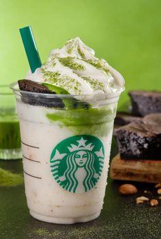 Starbucks Japan's New Matcha Frappuccino Comes Topped With Chocolate Cake Comida Do Starbucks, Bebidas Do Starbucks, Secret Starbucks Drinks, Starbucks Recipes, Starbucks Coffee, Coffee Recipes, Dessert Drinks, Yummy Drinks, Desserts