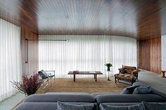 cortina branca para sala e sofá cinza