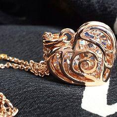 Naszyjnik pokryty różowym złotem, ukrywa w swoim sercu blask kryształu.