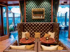 Zu Tisch: Zürich - Vivus - Das «Steigenberger Bellerive au Lac» ist ein Hotel für Liebhaber. Der vier Sterne Traditionsbetrieb an der Zürcher Seepromenade wurde 1930 eröffnet und in den späten 1990er Jahren von der Schweizer Designerin Tilla Theus im Art Deco Stil renoviert. Die optimale Lösung gelang Theus mit der «Ausfütterung der Räume», einer Gestaltung der Oberflächen mit edlem Leder, Holz und Stoffen, sowie gesteigerter Lichtfülle. Art Deco Stil, Lounge, Dream Rooms, Vacation Spots, Designer, Cool Stuff, Swiss Guard, Remodels, Stars