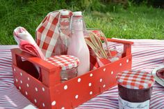 De caja de fresas a bandeja de picnic. | Elenarte Diy Home Crafts, Diy Arts And Crafts, Deco Fruit, Strawberry Box, Wine Bottle Vases, Fruit Box, Fiesta Party, Deco Table, Diy Box