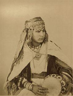 Le costume traditionnel du Hoggar Arabian Women, Old Photography, World Cultures, Portraits, African Dress, Vintage Pictures, Traditional Dresses, Vintage Postcards, Old Photos