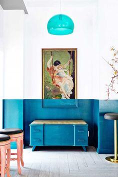 Tinta azul cobre aparador, paredes e até o quadro! Banquinhos candy color e metalizado dão o toque final
