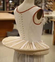 french farthingale was also known as the wheel or drum. It was made from steel or cane spokes which fastened the topmost hoop to a waistband. All hoops were in same diameter for better support. Historical Costume, Historical Clothing, Renaissance Espagnole, Elizabethan Fashion, Elizabethan Costume, Corsets, 16th Century Fashion, Vintage Outfits, Vintage Fashion