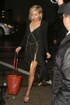 Sienna Miller wearing Chlo Embellished Herringbone Silkblend Dress and Mansur Gavriel Bucket Bag Sienna Miller Style, Blouse Outfit, Mode Inspiration, Buy Dress, Jacket Dress, Star Fashion, Sexy Legs, Pretty Outfits, Night Out
