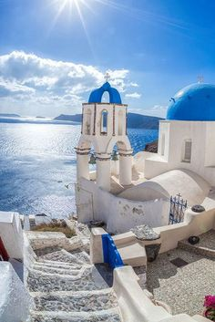 Santorini is one of the most romantic places on Earth and the most popular resort of the Cyclades islands. Previously, this island was home to an active volcano. one of the strongest volcanic eruptions took place here. Us Travel Destinations, Holiday Destinations, Places To Travel, Places To Go, Spain Travel, Greece Travel, Croatia Travel, Africa Travel, Hawaii Travel