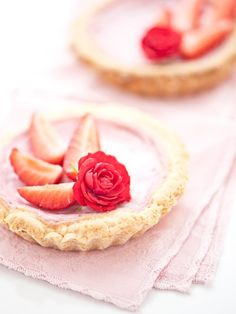 Strawberry pie: so pink and sweet! Yummy Treats, Delicious Desserts, Sweet Treats, Cake Pops, Strawberry Delight, Strawberry Tarts, Strawberry Patch, Strawberry Desserts, Great Recipes