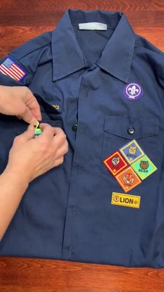 Figuring out where to sew all those Cub Scout patches and badges can be confusing. Find out all the answers in this Cub Scout Patch Placement Guide for Parents. #CubScouts #CubScout #Scouting #Webelos #ArrowOfLight #CubScoutPatches #CubScoutBadges #CubScoutPatchPlacement Cub Scout Badges, Cub Scouts, Cub Scout Activities, Stem Activities, Cub Scout Patch Placement, Cub Scout Patches, Cub Scout Uniform, Arrow Of Lights, Pack Meeting