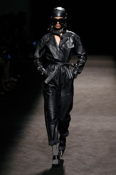 Juan Vidal Madrid Fall 2019 Fashion Show Collection: See the complete Juan Vidal Madrid Fall 2019 collection. Look 1 Leather Jumpsuit, Leather Pants, Leather Catsuit, Bold Fashion, Runway Fashion, Fashion 2020, High Fashion, Leder Outfits, Comme Des Garcons