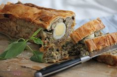 Are you looking for new ideas for your Easter lunch or brunch? Give this Romanian Easter Loaf a try: it is easy to make and it tastes heavenly! Good Food, Yummy Food, Awesome Food, Easter Lunch, Easter Dinner Recipes, Romanian Food, Cooking Recipes, Healthy Recipes, Easter Treats