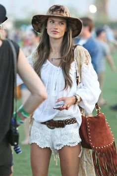 Coachella 2014 is here! Get outfit inspiration from these celebrities who mastered the boho-chic look at Coachella in past years. Festival Looks, Festival Mode, Festival Outfits, Festival Fashion, Festival 2016, Coachella 2013, Coachella Looks, Coachella Festival, Coachella Style